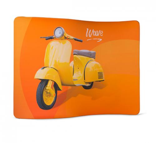 Werbewand mit Roller auf orangem Hintergrund