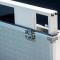 Nahaufnahme von digitalem Kundenstopper im Koffer