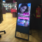 digitaler Kundenstopper mit Werbung für Haarpflegeprodukte