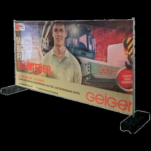 Bauzaun als Banner mit Geiger Werbung und Mann