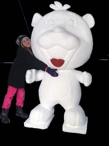 Kind umarmt weißen Bärenaufsteller