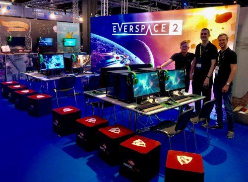 Flatcubes auf Gamescom vor Messestand von Rockfish Games